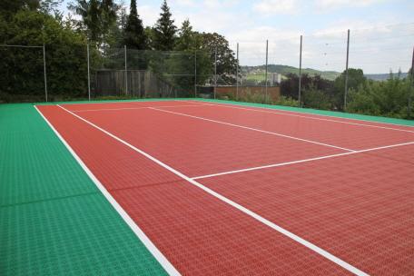 Tennis auf Allwetterplatz mit Drainage